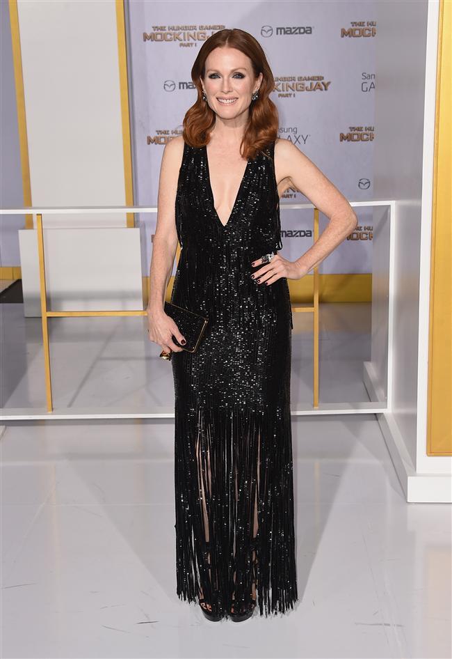 Başkan Alma Coin rolünde oynayan Julianne Moore da muhteşem elbisesiyle prömiyerde yer aldı.