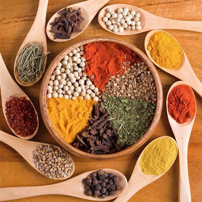 Mutfağınızdaki 12 Sağlık Deposu Baharat Tanıyor musunuz?  Hemen hemen herkesin mutfağında bulunan baharatların birer sağlık deposu olduğunu biliyor muydunuz? Beslenme ve Diyet Uzmanı Melis Torluoğlu, bu 12 küçük sihirbazın sağlığa faydaları hakkında önemli bilgiler verdi.