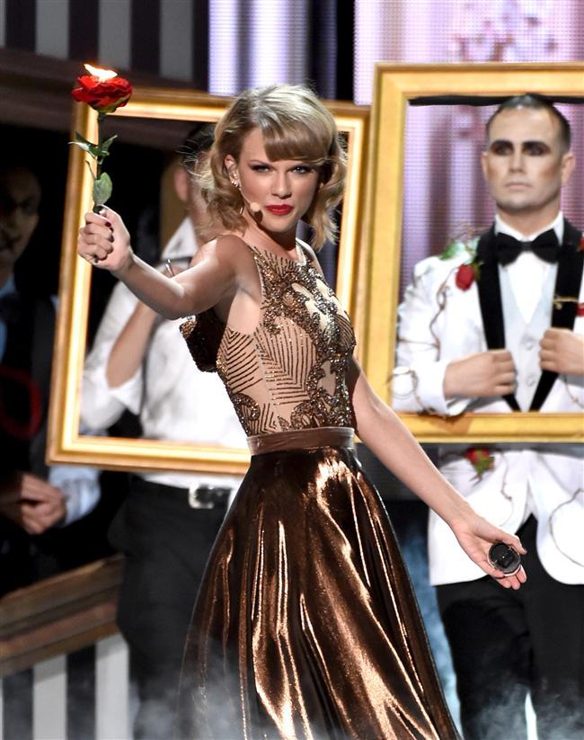Ödül töreninde son dönemde öne çıkmış birçok grup ve sanatçı renkli performansları ile izleyenlerin beğenisini topladı. Hareketli şovlardan birini gerçekleştiren Taylor Swift, performansının ardından Dick Clark Award Mükemmellik ödülü aldı.  Taylor Swift