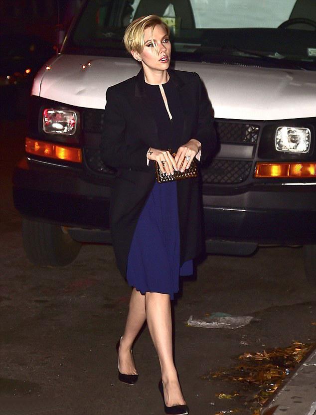"""Bu hafta""""Kim Ne Giydi?"""" bölümünde Amerikalı güzel oyuncu Scarlett Johansson'ı ele aldık. Kadınsı çizgileri vurgulamayı seven Johansson, çoğunlukla vücut hatlarını belli eden giysilerini feminen tarzından ödün vermeyen aksesuarlar ile kombinliyor. Fakat bu sefer ünlü oyuncu lacivert diz altı elbisesi ve siyah kabanıyla sade bir şıklık yakalamış. Galerimiz içerisinden 'in üzerindeki kıyafet ve aksesuarları satın alarak siz de aynı stili yakalayabilirsiniz. Hadi sizin için seçtiğimiz parçalara bir göz atın..."""