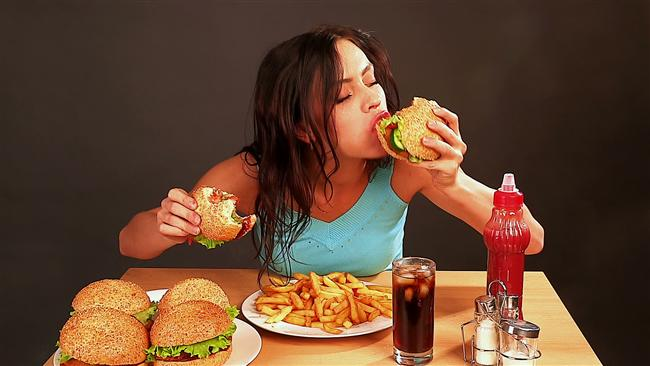 5. Yanında en sevdiğin şeyleri yemeye başlarlar ve sende biraz ucundan derken bir bakarsın hepsini yemişsin.