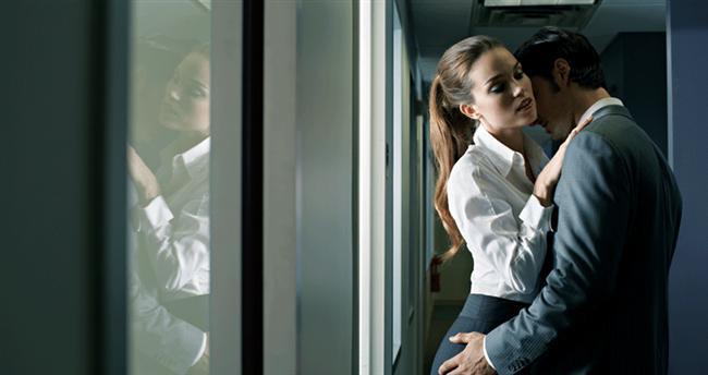 """4. Kabak çiçeği gibi açılan kız Şebnem  Şebnem gibiler ofise ilk geldiklerinde bulunmaz Hint kumaşı tadında bir aile kızı olarak görünürler. Ancak ofisteki erkeklerden yayılan testesteronun etkisiyle bir anda ofisteki erkeklerin """"kesişim kümesi"""" haline gelirler."""