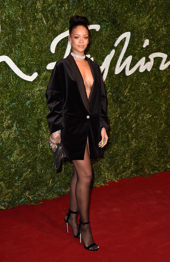 British Fashion Awards (İngiliz Moda Ödülleri), Londra'da sahiplerini buldu. 'En İyi Kadın Giyim Tasarımcısı' ödülü; Türk-İngiliz moda tasarımcısı Erdem Moralıoğlu'nun oldu. Birçok yıldız ismin katılımıyla gerçekleşen gecede, kadınlar şıklıklarıyla dikkat çekti. Rihanna, Cara Delevingne, Victoria Beckham, Emma Watson, Kylie Minogue ve Naomi Campbell, törenin en dikkat çeken isimleri arasındaydı.  Rihanna