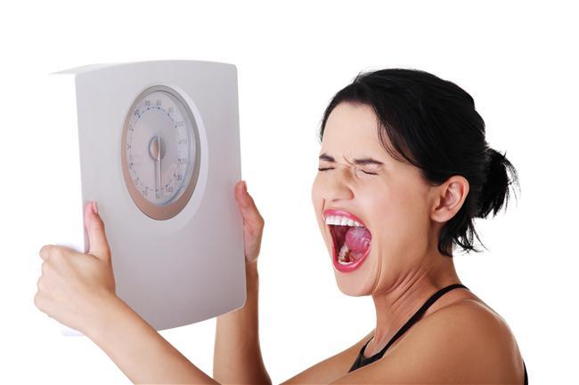 Her özel anı yemekle ödüllendirmeyin   1-  Zayıflayabileceğine inanmamak, karamsar tavırlar sergilemek.   2-  Kısa süreli çözümler getiren zorlayıcı diyetler uygulamak, hayat boyu çözüm getirecek sağlıklı yolların arayışına girmemek.   3-  Zayıf olmak uğruna her gün aynı tatsız, tuzsuz yemeği yiyeceğine kendini ikna etmek. Tek tip diyetleri uygulayabileceğine inanmak.   4- Kalori sayma konusunda obsesif olmak. Unutmayın kilo kaybında kalori kısıtlaması tek kıstas değildir, yediklerimizin içeriği, miktarı, zamanı, kombinasyonu, vücutta metabolizma olma hızı ve verimi ile hazırlama şekli de çok önemlidir.   5- Çok sık tartılmak ve her tartıda büyük kilo kayıpları beklemek.