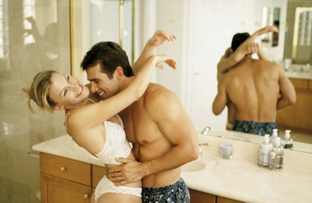 Başak    Kadın    Başak kadını hayatının diğer alanlarında olduğu gibi cinsel yaşamında da titizdir. Hem kendisi hem de partnerinin hijyeni onun için çok önemlidir. Bu yüzden sık sık banyoda sevişmek isteyebilir. Çekmecesinde en iyi marka prezervatifleri bulundurur. Temiz ve kolalanmış beyaz çarşaflar onu uyarmak için yeterli olabilir. Partnerinin nelerden hoşlandığını hemen anlar. Kendisi de aynı ilgiyi bekler.   Erkek   Başak erkeği de kadını gibi hijyene çok düşkündür. Değişik tekniklerden hoşlanır ama bazen kendini o kadar çok tekniğe kaptırır ki duygularını yaşamakta zorlanır. Mükemmeliyetçiliğini yenebilirse seks onun için daha zevkli bir hale gelir. Çoğu zaman partnerini acımasızca eleştirebilir. Bu eleştirileri kendine yönelterek de acı çektiği olur. Aşırı detaycılığı bazen de onu mükemmel bir aşık haline dönüştürebilir çünkü partnerinin isteklerini eksiksiz yerine getirir.