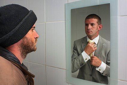 14. Dış görünüşünüzü değiştirin.  Karşınızdaki aynaya bakın ve kendinizi dilediğiniz gibi görün. Ellerinize bakın, eksik ya da fazladan parmak var mı? Cevabınız evet ise, kontrol edebildiğiniz bir rüyanın içerisindesiniz ve bu nedenle dilediğiniz her şeyi yapabilirsiniz demektir.