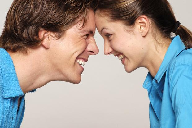 Oğlaklar, güvene dayalı bir ilişkileri olduğuna inanırlarsa ihtiraslı ve iyi bir sevgili olurlar!    Duygularını bir süre kontrol altında tutmaya çalışırlar. Bu nedenle romantizmin oluşması zaman alır. Partnerine her geçen gün daha da aşık olurlar, bu arada ona olan güvenleri artar. İlişkinin her bakımdan tadını çıkartırlar. Beğendikleri kişiye arkadaşlık teklif etmeden önce, kafalarında özel bir konuşma tasarlarlar. Eğer duygularında ciddilerse, iyi bir etki bırakmak için romantik bir yemek yiyebileceğiniz lüks bir restorana davet edereler. Oğlakların rahatlamak için güzel sözler duymaya ihtiyacı vardır. Güvene dayalı bir ilişkileri olduğuna inanırlarsa da ihtiraslı ve dünya iyisi bir sevgili olurlar. Çok tutumludurlar; fazla para harcamayı savurganlık olarak görürler. İlişkide istikrar ve mahremiyete önem verirler. Olan bitenlerin başkaları tarafından bilinmesinden hiç hoşlanmazlar.