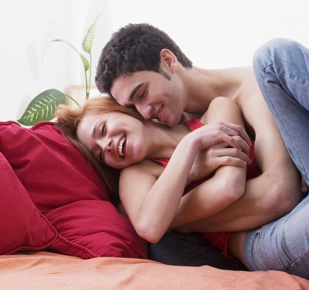 Aslanlar, karşı cins için çok çekici ve toplum içinde kendilerini belli eden insanlardır!    Romantik ve kolay aşık olan bu kişiler, başlangıçta partnerini ezmekten biraz hoşlanır. Bu durum karşı tarafa ağır gelebilir. İlişki ilerledikten sonra kendilerine karşı tarafa teslim ederler ve ihtiraslı bir aşığa dönüşürler. Aslan Burc'u üyeleri, karşı cins için çok çekici ve toplum içinde kendilerini belli eden insanlardır. İlişkide egemenliğin kendilerinde olmasını isterler. İlk adımı atmaktan hiç çekinmezler. Çekici ve karizmatiktirler. Karşısındakini özel hissettirirler. Cinsel açıdan yoğun yaşadıkları duygularını zor idare ederler. Aslan Burc'u insanı, partnerinde olumlu şeyleri görmeyi tercih eder. Bu, ilişkiyi destekleme ve geliştirme açısından çok yararlıdır. Bu burcun insanları mümkün olduğu kadar iş dışı tüm zamanlarını eşi ile beraber geçirmek isterler. Aslan Burc'u tüm dünyanın kendi etrafında döndüğünü düşünür, bir süre sonra karşısındakini de, kaybetmek üzere olduğu bir oyunun ikinci yarısında rol aldığını görmeye başlayabilir.