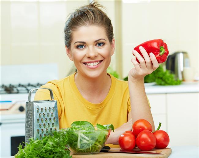 4. Sağlıklı beslenin ve normal kiloda olun   Sağlıklı beslenme, kronik böbrek hastalığının ilerlemesini önleyebiliyor. Sağlıklı beslenebilmek için de en başta günlük tuz tüketiminizi azaltın. Özellikle taze yiyecekleri tercih edin, konserveleri ise sudan geçirmeden tüketmeyin.