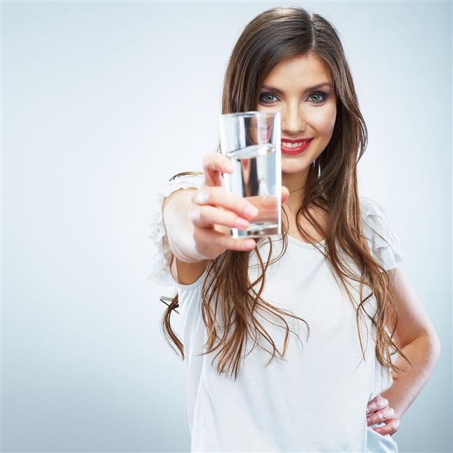 5. Yeterli miktarda sıvı alın  Hekiminiz farklı bir şey önermedikçe günlük 1.5 - 2 litre su tüketimi kronik böbrek hastalığı gelişimi riskini azaltır.