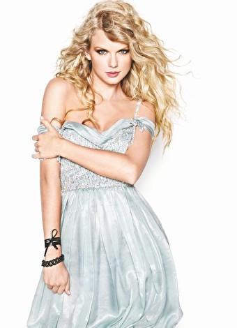 """Taylor Swift  2006 yılında çıkardığı albümündeki """"Our Song"""" ile tanındı. Bu yıl """"1989"""" isimli son albümü ile bir haftada 1 milyondan fazla satarak Forbes dergisinin """"En Çok Kazanan Kadın Şarkıcı"""" listesinde ikinci sırada yer aldı. En son 2015 Victoria's Secret defilesinde şarkılarıyla modellere destek veren Swift, düzgün fiziğiyle de dikkat çekti. Ayrıca Amerikalı şarkıcının 2012'de çıkarttığı """"Red"""" albümü 1 milyon 208 bin, 2010'da çıkarttığı """"Speak Now"""" ise 1 milyon 47 bin kopya satış rakamlarına ulaşmıştı."""