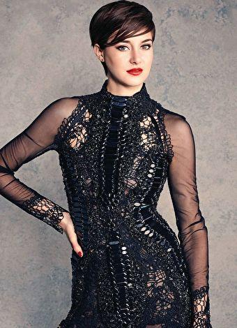 """Shailene Woodley  Genç oyuncu daha önce birçok dizi ve filmde yer almasına rağmen ilk ciddi çıkışını bu yıl rol aldığı """"Aynı Yıldızın Altında"""" ve """"Uyumsuz"""" filmleriyle yaptı.  15 Kasım 1991 doğumlu Woodley, bu yıl """"Uyumsuz"""" adlı filmde canlandırdığı Tris ile """"Favori Karakter"""" dalında MTV Film Ödülü'nü kazandı."""