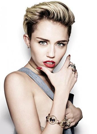 Miley Cyrus  Bir Disney TV dizisi olan Hannah Montana'daki Miley Stewart/Hannah Montana rolüyle tanındı. Bu yıl şarkılarıyla, Marc Jacobs'un kampanya yüzü olmasıyla ve psikolojik dengesizlikleriyle gündeme gelen Cyrus en son bir İtalyan iç çamaşırı firmasının reklam filminde rol aldu. Ayrıca aşk hayatının da karışık olduğunu bildiğimiz Cyrus'un Arnold Schwarzenegger'in oğlu Patrick Schwarzenegger ile bir aşk yaşadığı söyleniyor.