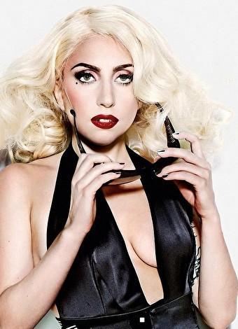 """Lady Gaga  Gerçek adı Stefani Joanne Angelina Germanotta olan Lady Gaga, """"Just Dance"""" ve """"Poker Face"""" gibi dünya genelindeki listelerde bir numara olan şarkılara yer veren çıkış albümü The Fame (2008) ile ünlendi. Tarzıyla her zaman ve her yerde dikkat çeken Gaga, son olarak şişme denizkestanesi kostümüyle gündeme geldi. Ayrıca ünlü şarkıcının ekibinde olan Brockett Parsons, Lady Gaga'nın sahne şovları için adını 'Piano Arc' koyduğu 294 tuşlu, 360 derecelik bir org yaptı."""