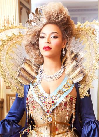 Beyoncé  R&B grubu Destiny's Child'ın solisti olarak tanıdığımız Beyoncé, 2003 yılında gruptan ayrılarak müzik kariyerine tek başına devam etti ve bu süreçte 7 Grammy Ödülü kazandı. Bu yıl dünya turnesinde eşi Jay-Z ile birlikte yaptıkları sahne şovlarıyla ve kostümleriyle çok konuşuldular. Beyonce Topshop için tasarlayacağı bir spor koleksiyonu ile gündeme geldi. 2015'in sonbaharında çıkacak koleksiyonu merakla bekliyoruz.