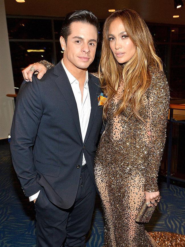Jennifer Lopez yarı yaşındaki sevgilisi Casper Smart ile yollarını ayırdı.   Bunun nedeninin Smart'ın ünlü yıldızı iki ayrı kişiyle aldatması olduğu ileri sürüldü.