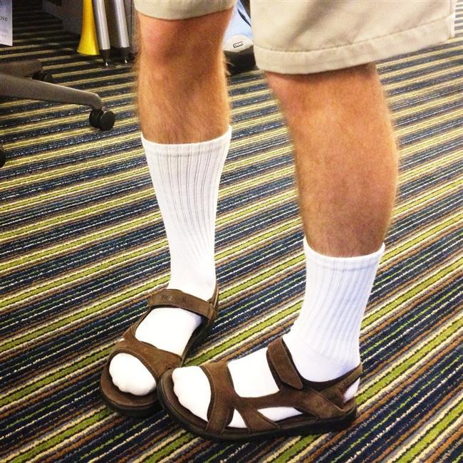 Sandaletin içine çorap giymek