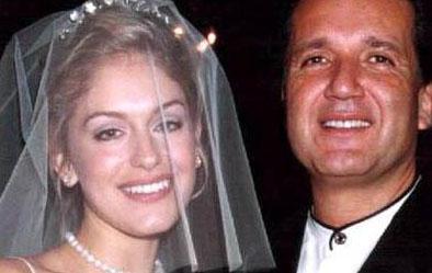Reklamcı Alinur Velidedeoğlu sosyete ve sanat dünyasından onlarca güzelle flört etti. Yedi yıl önce Amerikalı Sarah Bennett'e aşık olup evlendi. Bu evlilik uzun sürmedi.