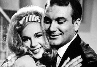 1963'te sinema tarihinin ilk Türk-Yunan ortak yapımı olan 'Sıralardaki Heyecanlar'da, başrolleri Orhan Günşiray ile Yunanlı yıldız Aliki Vuyuklaki oynadı.