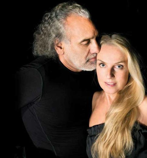 Ünlü yönetmen Sinan Çetin çok uzun süredir Rebekka Haas ile mutlu bir evlilik yürütüyor.