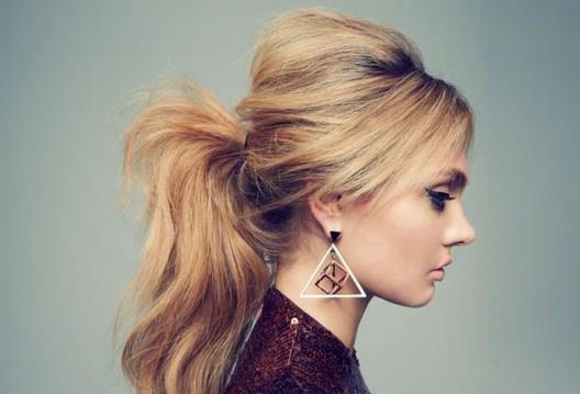 4. Daha volümlü bir atkuyruğu için önce üstten saçınızın yarısını toplayıp tarak ile kabartın daha sonra saçınızı salıp tekrardan at kuyruğunuzu yapın, farka inanamayacaksınız.