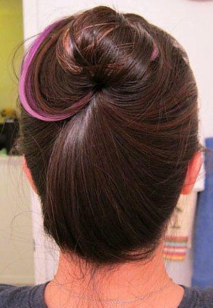 7. Tokan olmadığı zaman saçını burup topuz yaptıktan sonra sıkı taraftan saç alıp onunla sardırarak topuz yapabilirsiniz.