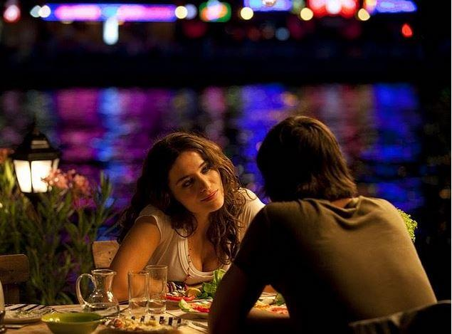 1. Aşk Tesadüfleri Sever - Akın Balık  İstanbul'un kalbinde salaş balıkçı denilince akla Akın Balık gelir oldu; %100 romantizm garantili olmasa da bir kadını-adamı tanımak için ideal, ayrıca çay bardağında rakının tadı da ayrı güzeldir.