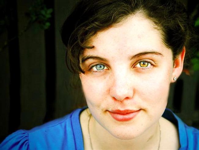 4. Heterokrom  İki gözü de doğuştan farklı renklerde olan kişileri tanımlamak için kullanılan terimdir.