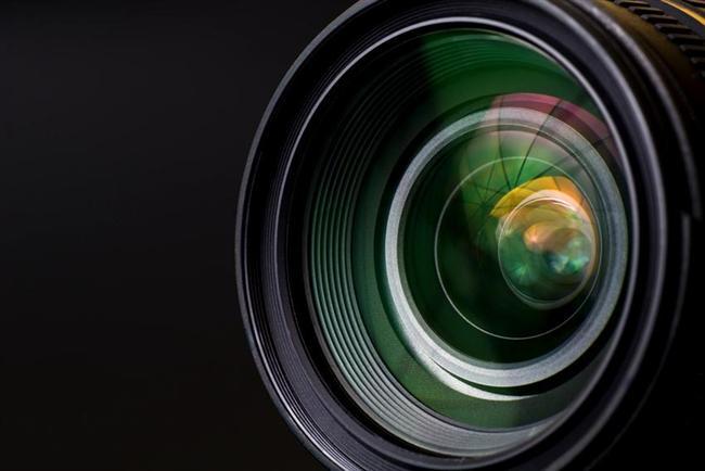 16. Göz lensleri herhangi bir kameranın lensinden daha hızlıdır  Gözbebeğinin hemen arkasında baktığınız nesneye odaklanan lens bulunur. Bir saniyeliğine bulunduğunuz oratama göz gezdirin ve odaklandığınız çeşitli mesafeleri düşünün. Bunu her yaptığınızda, göz lensleriniz siz farkında olmadan odağının anlık olarak değiştirecektir. Bunu aynı mesafede odaklanması birkaç saniye süren fotoğraf makinesi lensi ile kıyaslayın. Hızlı değil mi?
