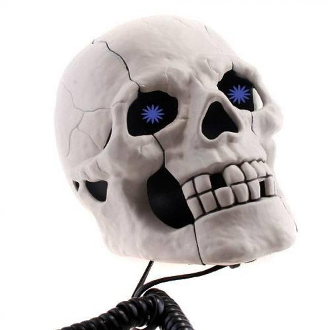 Kuru Kafa Telefon  Korku filmlerinden alınmış gibi görünen bu kafatasının kablosunu görmeden ne olduğu hakkında fikir yürütmek oldukça zor. Ama kablodan da anlaşılacağı üzere bu korkunç kurukafa evinize de dekor olacak bir telefon. Telefon çaldığı zaman gözleriyle mavi ışık saçacak bu kurukafa esrarengiz bir hediye olacak.