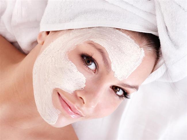 3. Bakımlı Bir Cilt  Sıcak ya da soğuk havalarda tahriş olan veya çatlayan yüzünüzün bakımını her gün yapmalısınız. Çeşitli maske ve peelingler ile eğer varsa yüzünüzdeki lekelerden kurtulmuş olacaksınız ve daha canlı bir cilde sahip olacaksınız. Cilt denilince akla sadece yüz gelmemelidir, vücudun diğer tüm bölgelerinin özellikle de bacakların ve göğüs bölgesinin bakımı da düzenli olarak yapılmalıdır.