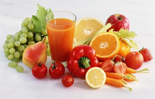 Önerilebilecek detoks meyve ve sebzeleri  Greyfurt: Bu meyve tüm detoks kürlerinde bulunur. Yüksek oranda C vitamini ve lif içerir. Kolestrol düşürücü ilaçlarla aynı anda kullanılmamalıdır.  Ananas: İçindeki bromelin sebebiyle iyi bir cilt ve sindirim detoksu sağlar. C vitamini bakımından da zengindir.  Portakal: Detoks vitamını olan C vitamini bakımından zengindir. İyi bir antioksidandır ve bol miktarda lif ile flavinoid bulundurur.  Kayısı ve şeftali: Güçlü bir antidoksidan olan beta karotenin bulundururlar. Flavinoid bitkisel lif potasyum ve diğer mineralleri de içerirler.  Elma: Çok yararlı bir flavinoid olan likopen, kolesterol azaltıcı pektin ve birçok vitamin bulunur.  Kivi: C vitamini ve mineraller bulunur.  Siyah üzüm: Bu meyvenin çekirdeğinde değerli bir antioksidan olan proantosiyanidin bulunur. Aynı zamanda iyi bir vitamin deposudur.  Lahana grubu: Bu gruba beyaz ve kırmızı lahana, brokoli, şalgam, hardal, kırmızı turp, pancar, brüksel lahanası ve karnıbahar dahil edilebilir. Bu sebzeler detoks kürlerinde çok sık kullanılarlar. Çünkü, antioksidan, vitamin ve mineral bakımından çok zengindirler. Vücudu tam anlamıyla toksinlerden temizleyebilirler ve metabolizmaya destek olurlar. Çiğ ya da pişmiş olarak yenebilirler.  Enginar: Toksinleri giderir ve kolesterolü düşürür. Karaciğere destek olucu özelliği vardır.  Havuç: İyi bir toksin temizleyicidir. Antioksidan, beta karoten ve C vitamini bakımından gayet zengindir.  Kereviz: Antioksidan bakımından zengindir ve sindirim sistemini rahatlatıcı etkileri vardır.  Sarmısak ve soğan: Toksinlerden arındırırlar. Bağışıklık sistemini güçlendirici ve kolesterolü düşürücü etkileri vardır.
