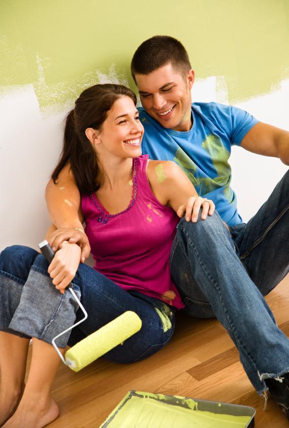 9. Elinin; tamir, kurulum gibi güç gerektiren ev işlerine yatkın olması.  Alınan bir eşyayı kurmak değil burada bahsettiğimiz; kırılan mobilyaları, bozulan elektronik eşyaları tamir edebilen bir sevgiliye sahipseniz çok şanslısınız. Sorumluluk duygusu oldukça gelişmiş olan erkek arkadaşınıza, ileride çocuklarına iyi bir rehber olacağı konusunda sonsuza kadar güvenebilirsiniz.  Bir baba olarak çocuklarını karşısına alıp, onlara sorunlarını nasıl anlatmaları gerektiğini ve bu sorunları kendi kendilerine nasıl çözebileceklerini bıkmadan usanmadan öğretmeye çalışacaktır.
