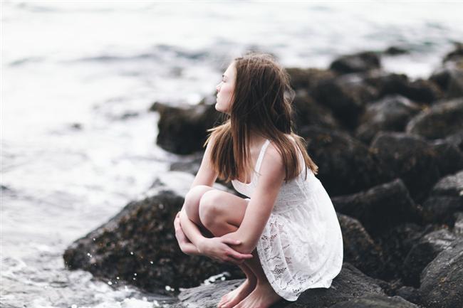 7. Yalnız olmaktan korkmak  Hayatta kontrolün sizde olduğu bazı durumlar var. Yeni insanlarla tanışmak, yeni ilişkiler kurmak. Yani, asla birini bulamayacağım diye kaygılanmak bir işe yaramayacaktır. Onun yerine daha sosyal olup, umudunuzu kaybetmeyin.