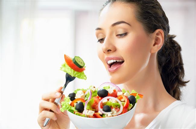 16. Yemeği düşman olarak görmek  Yemekler, kilo almak kadınların en korkulu rüyaları arasındadır herhalde. Ama şunu da bilmek gerek ki, yemeği düşman olarak görüp hayatınızdan çıkarmak yerine, sevdiğiniz besinleri dozajında tüketerek sağlıklı beslenmeniz sizin için daha yararlı olacaktır.