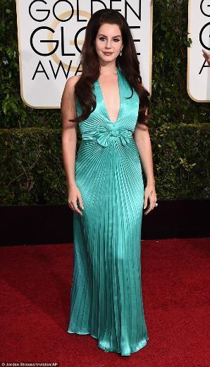 LANA DEL RAY  Lana Del Rey, Amerikalı yıldız Priscilla Presley'i andıran bir kıyafet tercih etmiş. Moda eleştirmenleri tarafından '70 yaşındaki bir deniz kızı' gibi göründüğü söylenerek eleştirildi.