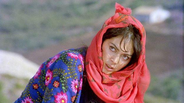 1. Selvi Boylum Al Yazmalım (1978) | IMDb: 8.7   Birbirlerine körkütük aşık olan İlyas ve Asya'nın arasındaki muhteşem aşkın sonu felaketle sonuçlanır. İlyas Asya'yı aldatmıştır. Destansı aşk beklenmedik şekilde sona ermiştir. Hayattaki en büyük tutkusu kamyonu 'Arkadaş' olan İlyas'ın geçimsiz tavırlarının üzerine bu ihanet de eklendiğinde Asya evini terk eder.