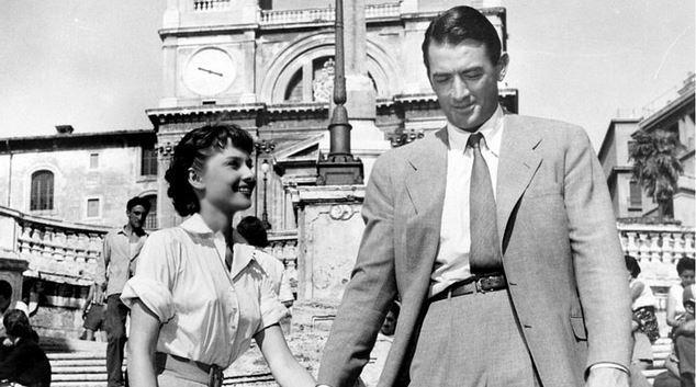 13. Roma Tatili / Roman Holiday (1953) | IMDb: 8.0   Bir ülkenin güzeller güzeli prensesi Ann, bir Avrupa seyahatine çıkar. Roma'ya vardığında ise sahip olduğu hayattan iyice sıkıldığını fark eder. Doktor tarafından verilen bir sakinleştiriciyle durumu atlatmaya çalışır. İlacı aldıktan sonra şehre iner ve sokaktaki hayatı keşfetmeye başlar. Tam da bu anda etkisini gösteren ilacın belirtileri yüzünden bir bankta sızan prenses, Joe Bradley tarafından bulunur. Onu evine götüren Joe, onun bir prenses olduğundan habersizdir.