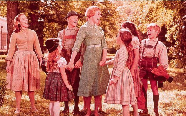 14. Neşeli Günler / The Sound of Music (1965) | IMDb: 8.0   Maria öylesine hayat dolu ve çoşkulu bir genç kadındır ki manastır hayatı aslında hiç de onun ruhuna hitap etmemektedir. En sevdiği şey dağlara çıkıp şarkı söylemektir. Bu yüzden de genelde birçok dersi kaçırır. Bu duruma bir çare arayan Baş Rahibe Peggy, sorumluluk alması için Maria'yı bakıcı olarak karısını yeni kaybetmiş, 7 çocuklu Kaptan Von Trapp'ın yanına gönderir. Kaptan Trapp'ın çocuklarının haylazlığı yüzünden bütün bakıcılar bir süre sonra işi bırakmaktadırlar. Maria ise iyimserliği ve sevecenliğiyle hem kaptanın güvenini hem de çocukların sevgisini kazanacaktır.