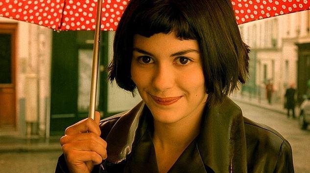 2. Amelie / Le fabuleux destin d'Amélie Poulain (2001) | IMDb: 8.5   Bu Fransız komedisi bizi genç ve özel bir kadınla tanışmaya davet ediyor; her daim hayat dolu, yaşama sevgi dolu gözlerle tanıklık eden ve sahip olduğu özel ışıltıyı her anında yanında taşıyan Amelie'nin hikayesine... Anne ve babasını kaybetmiş olan Amelie, kendini başkalarının hayatlarını tamir etmeye, onları mutlu kılmaya adamıştır; bu adanmışlığı fark ettirmeden, bu durumdan bihaber olan insanların hayatlarını kolaylaştırmaya yönelik yapmaktadır. Peki başkalarının mutluluğu için çabalayan Amelie, yalnızlığının farkına vardığı an kendi mutluluğu için de çabalamaya başlayacak mıdır?