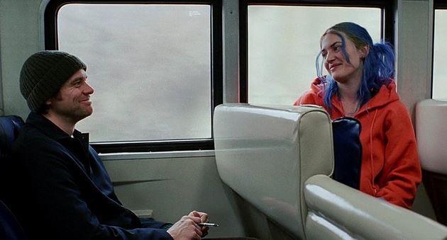 3. Sil Baştan/Eternal Sunshine of the Spotless Mind (2004) | IMDb: 8.4  İki yıl boyunca beraber olduğu sevgilisinden oldukça şaşırtıcı bir haber alan Joel Barish, bir teknolojik deneye katılan sevgilisine ilişkilerini tamamen hafızasından silinmeden hatırlatmaya çalışmaktadır. Yani Barish'in kim olduğunu bile hatırlamamaktadır. Bu gelişme üzerine küplere binen adam, aynı prosedürü kendi üzerinde de gerçekleştirmek ister. Film, adamın hafızaları silinirken, yaşanılan ilişkiyi gözler önüne serer. Adam da bir kez daha oldukça iyi başlayan ve sonradan tadı kaçan ilişkiyi izler. Fakat zaman geçtikçe ve sıra yaşanılan güzel şeylere gelince, üzerindeki müdaheleyi durdurmak ister. Pişman olmuştur!