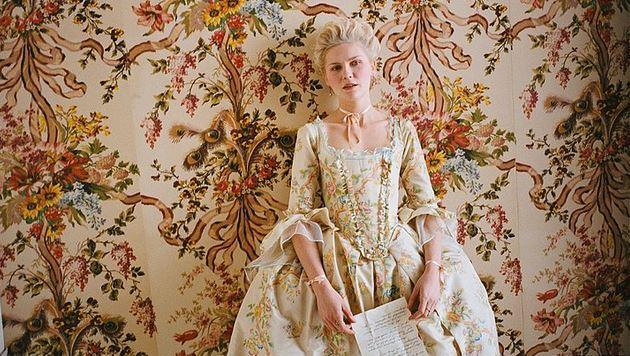 20. Marie Antoinette (2006) | IMDb: 6.4   Antonia Fraser'ın çok satan kitabından, Sophia Coppola tarafından beyazperdeye uyarlanan film, tarihin en ünlü kadın figürlerinden birine, Fransa kraliçesi Marie Antoinette'in dramına odaklanıyor. Dönemin politik ve siyasi şartları gereğince Fransa kralıyla evlendirilen genç Avusturya kraliçesi Marie Antoniette, yaşamını sürdüreceği bu yeni hayat düzeninde çeşitli zorluklarla karşılaşıyor. Kayıtsız ve ilgisiz bir kocaya sahip olan genç kraliçe, Versailles sarayının ihtişamlı gölgesi altında çeşitli siyasi oyunlara ve politik hesaplaşmalara tanık oluyor.