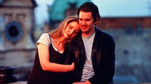 7. Gün Doğmadan / Before Sunrise (1995) | IMDb: 8.1   Sıradan bir Avrupa yolculuğu sırasında trende karşılaşıp tanışan iki farklı insan, Jesse ve Celine bu yolculuğa sıradışı bir şekilde sürdürürler. Viyana şehrindeyken trenden inmeye ve birlikte bir günlüğüne bu şehirde kalmaya karar veren ikili, Viyana sokaklarının sonsuzluğunda ilginç bir gün yaratma fırsatını yakalarlar. Bu süreçte birbirlerine karşı bir şeyler hissetseler de asla sözlere dökemezler. Çok emin oldukları tek şey ise bu gecenin birlikte geçirecekleri ilk ve son gece olacağıdır.