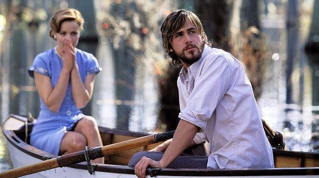 9. Not Defteri / The Notebook (2004) | IMDb: 8.0  Yaşlılar için yapılmış bir bakımevinde yaşayan ve çevresindekiler tarafından 'Duke' diye çağırılan ihtiyar adam sararmış defterinde yazılı olan bir aşk hikayesini okumaya başlar. Hikaye 1940 yılında başlar. Güney Carolina'da yer alan Seabrook Adası'na Allie Hamilton isimli 17 yaşında bir genç kız gelir. Ailesiyle birlikte tatile gelen Allie, burada yaşayan Noah isimli bir gençle yakınlaşmaya başlar. Aralarındaki sınıfsal ve ekonomik farklılıklara rağmen birbirlerine duydukları hissi engellemez, doyasıya yaşamaya başlarlar. Ancak onları bekleyen ayrılık 2. Dünya Savaşı'nın kızışmasıyla birlikte gelmek üzeredir.