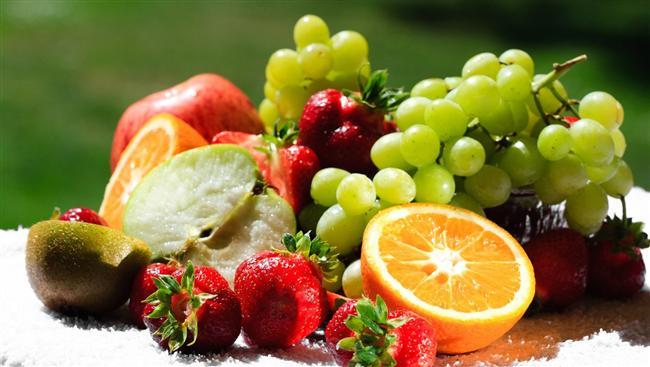 42- Vücudunuzu tanıyın   Hangi yiyeceklerin metabolizmanıza zarar verdiğini hangilerinin hızlandırdığını bilirseniz daha kolay kilo verebilirsiniz.   43- Yemek başlangıcı   Yemeğe çorba ya da salata ile başlamanız açlığınızın bastırılmasını sağlar. Böylece ana yemekten daha az yersiniz. Özellikle sebze çorbaları (domates, brokoli vs.) tok hissetmenizi sağlar.   44- Yemekten sonra   Yemekten sonra tatlı yeme alışkanlığınızın önüne meyve yiyerek geçebilirsiniz böylece tatlı yeme isteğinizi de azaltmış olursunuz.