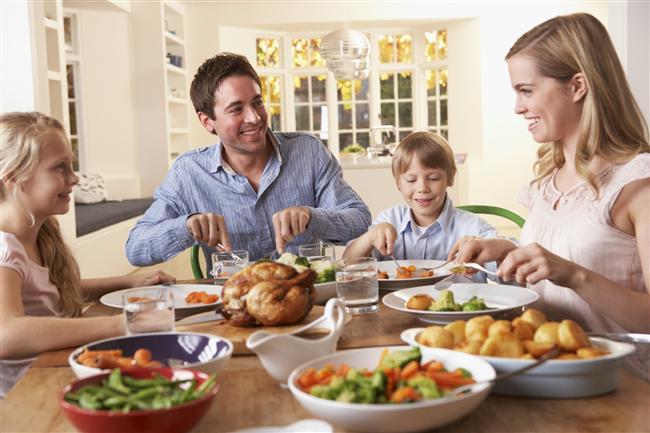 """48- Dışarıda yemeyin   Restoranlarda ya da ev dışında yenilen yemekler kilo aldırıcı olabilir. Bu nedenle dışarıda yemek zorunda kaldığınız zamanlarda salata ya da ızgara yemekleri yiyin.   49- Alışverişte kendinizi kaybetmeyin   Market alışverişine çıktığınızda aç olmamaya dikkat edin çünkü aç olduğunuzda canınız her şeyi almak ister ve eve geldiğinizde dolabınızın zararlı yiyeceklerle dolduğunu görürsünüz. Böyle bir dolaba karşı koymak ise zordur. Bu nedenle tok bir şekilde sağlıklı yiyecekler almaya ve bir liste yapıp o listeden dışarı çıkmamaya dikkat edin.   50- Sofraya oturun   Yemek vaktinde mutlaka sofraya oturun çünkü ayakta ya da televizyon karşısında yemek yediğinizde doyduğunuzu anlamaz ve daha çok yersiniz.   <a href=  http://foto.mahmure.com/diyet-fitness/50-diyet-hatasina-dikkat_40204 style=""""color:red; font:bold 11pt arial; text-decoration:none;""""  target=""""_blank""""> 50 Diyet Hatasına Dikkat! </"""