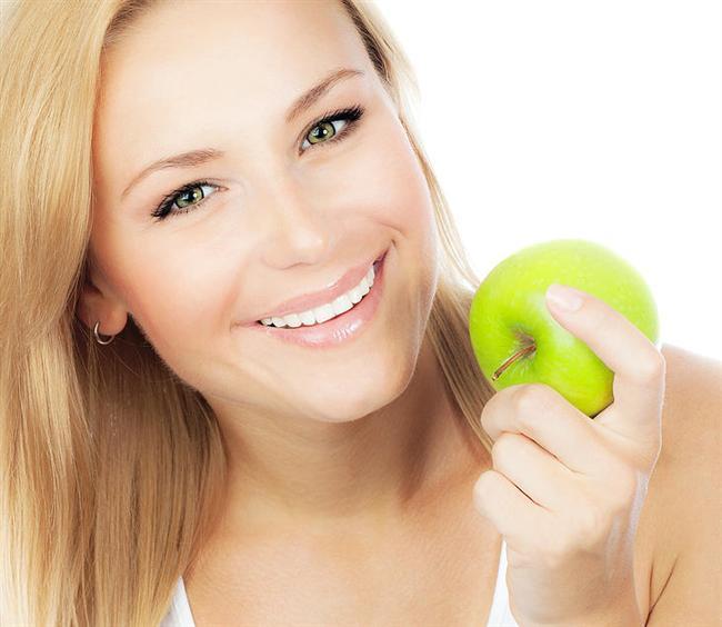 36- Meyve yiyin   Yemek yedikten bir ya da iki saat sonra tekrar acıkıyorsanız atıştırmak için meyve yiyebilirsiniz. Meyve bir sonraki öğüne kadar sizin tok hissetmenizi sağlayacaktır.   37- Etiketleri okuyun   Etiketleri okuma alışkanlığı kazanmalısınız. Hangi ürünün içinde hangi yararlı ve hangi kilo aldırıcı madde var, bunların bilgilerini okursanız daha sağlıklı beslenirsiniz.   38- Kola ve soda gibi asitli içecekleri tüketmekten vazgeçin   Bunun yerine taze sıkılmış meyve sularını içmeye gayret edin. Kırmızı etten uzak durun.