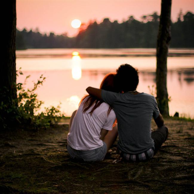 4.  Erkeği kimi zaman merak içinde bırakması gerektiğini iyi bilir. Onunla her gece buluşamaz çünkü yapması gereken başka işleri de vardır. Cep telefonuna uzun mesajlar atarak sanal bir sevgiliye dönüşmeyi de tercih etmez. Erkek, onu sevgiyle özlemelidir.