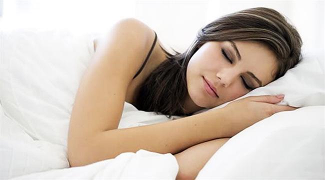 24. Yüzünüzdeki şişlikten mi şikayetçisiniz? Bu sorunun tek çözümü UYUMAK.  Tek yastık yerine çift yastıkla uyumak yüzünüzdeki sıvıların atılmasını kolaylaştırır.