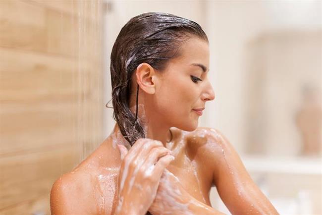 41. Yağlı saçlardan şikayetçiyseniz, kuru şampuanla sıkı fıkı olmakta fayda var.  Hiçbir şey suyla temizlenen saçın yerini tutamaz bunu kabul ediyoruz, fakat gün içinde yağlanan saçlar ve uyuyakalıp yıkamaya vakit bulamayanlar için kuru şampuan tam bir kurtarıcı.